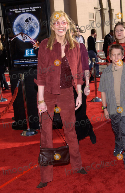 Leeza Gibbons Photo - TV presenter LEEZA GIBBONS & son at the 20th anniversary premiere of E.T. The Extra-Terrestrial, in Los Angeles.16MAR2002.   Paul Smith / Featureflash