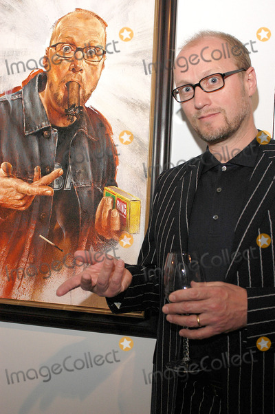 Adrian Edmondson, Rolf Harris Photo - London. Adrian Edmondson at the launch of Star Portraits with Rolf Harris at County Hall Gallery. An exhibition which features well known faces painted by professional portrait artists.