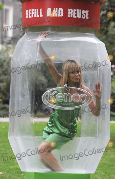 Amanda Holden Photo - London. UK. Amanda Holden poses in Russell Square Gardens to  launch the Kenco Eco Refill Waste Less Challenge and puts the nation on a 'packaging diet'. 5th October 2009.