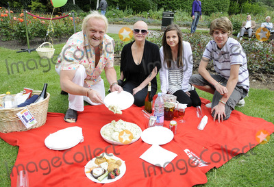 Anthony Worrall-Thompson, Madeline Duggan, Thomas Law, The National Photo - London.UK. Gail Poter with Thomas Law, Anthony Worral Thompson and Madeline Duggan at the National Family Week Launch VIP Picnic held at Regents Park in London. 25th May 2009. Can Nguyen/Landmark Media.