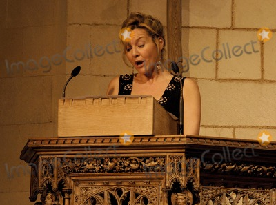 Amanda Burton Photo - London.  Amanda Burton reads a poem  at the Marie Curie Cancer Care Christmas Concert held in Southwark Cathedral 