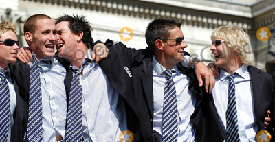 ASH, Ashley Giles, Kevin Pietersen, Simon Jones, Trafalgar Square Photo - London.Simon Jones, Kevin Pietersen, Ashley Giles and Mathhew Hoggard celebrate winning the Ashes back afer 18 years at the victory parade that ended in Trafalgar Square. Thousands of fans made an appearance to cheer on their new hero's. The event has been compared to England winning the Rugby World Cup in 2003 and also the Football World Cup in 1966.September 13th, 2005.Picture by Ali Kadinsky/Landmark Media