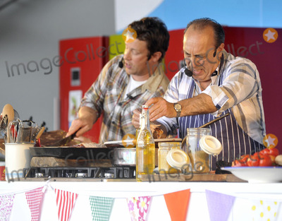 Alex James, Jamie Oliver Photo - Oxfordshire, UK. Jamie Oliver and Gennaro Contaldo at The Big Feastival, held at Alex James' Farm in Kingham. 1st September 2012.