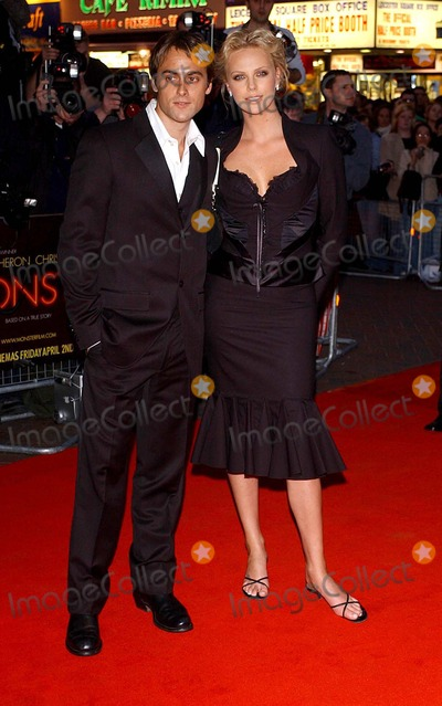 Charlize Theron, Stuart Townsend Photo - London. Charlize Theron and fiance Stuart Townsend arriving at the UK Gala Premiere of 'Monster', at the Vue Cinema, formerly Warners West End.31 March 2004.Matti Ericsson/Landamark Media
