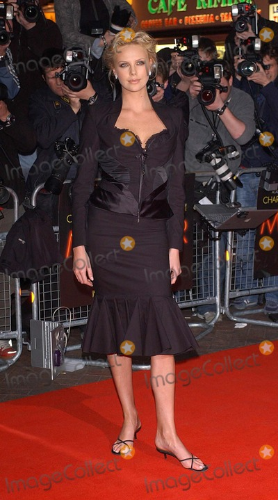 Charlize Theron Photo - London. Charlize Theron arriving at the UK Gala Premiere of 'Monster', at the Vue Cinema, formerly Warners West End.31 March 2004.Matti Ericsson/Landamark Media