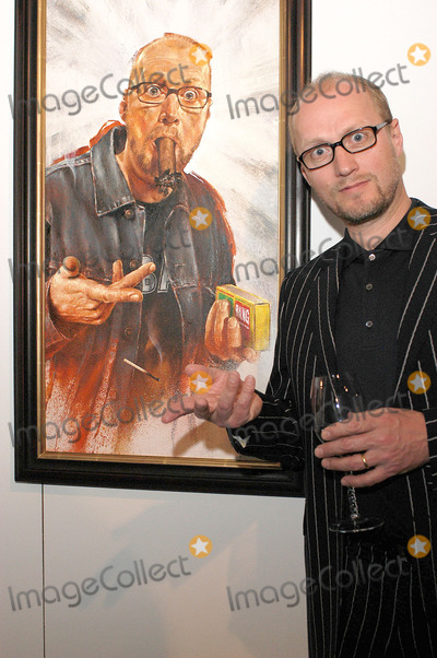 Adrian Edmondson, Rolf Harris Photo - London. Adrian Edmondson at the launch of Star Portraits with Rolf Harris at County Hall Gallery. An exhibition which features well known faces painted by professional portrait artists.25 May 2005Ali Kadinsky/Landmark Media