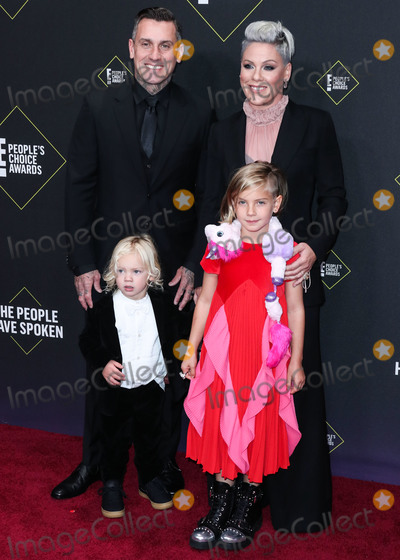 Carey Hart, Pink Photo - SANTA MONICA, LOS ANGELES, CALIFORNIA, USA - NOVEMBER 10: Carey Hart, Jameson Moon Hart, P!nk (Pink) and Willow Sage Hart arrive at the 2019 E! People's Choice Awards held at Barker Hangar on November 10, 2019 in Santa Monica, Los Angeles, California, United States. (Photo by Xavier Collin/Image Press Agency)