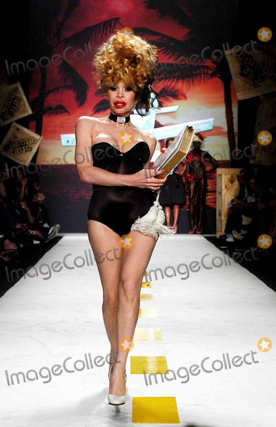 AMANDA LAPORE Photo - Olympus Fashion Week 2007 Spring Collection of Heatherette (Runway). New York City. 09-12-2006 Photo: Ken Rumments / Globe Photos Inc 2006 Amanda Lapore
