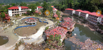 Photo - Hotel Pan-similana a Phuket Apres LA Catastrophe. Le 12-27-2004 Photo by O.medias-helicam-asia-Globe Photos K40968 Tsunami Damagethailand