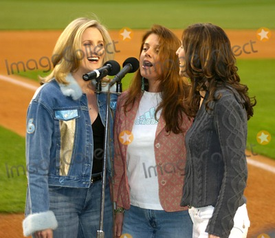 "Queen, ALEX WITT, The National Photo - Msnbc's Alex Witt Joins the Music Group Mrs. Robinson Singing the National Anthem at the "" Mets Vs Phillies "" Game at Shea Stadium in Queens, New York City 5-4-2005 Photo By:william Regan-Globe Photos, Inc"