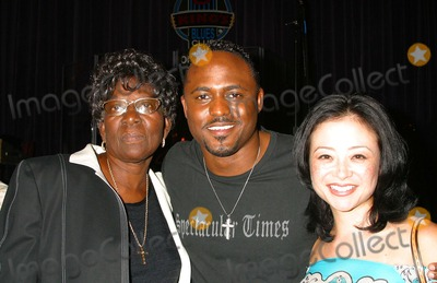 Wayne Brady, All 4 One, B B King, B. B. King, B.B. King, Jamie Jones, Natalie Raitano, BB KING Photo - I8623CHWJAMIE JONES OF ALL-4-ONE DEBUTS HIS SOLO ALBUM WITH A HOLLYWOOD GALA HOSTED BY NATALIE RAITANO-RADIO COVERAGE BY KIISFM & HOT 92 B.B KING'S, UNIVERSAL CITY, CA04/28/2004PHOTO BY CLINTON H. WALLACE./IPOL/GLOBE PHOTOS INC. 2004WAYNE BRADY AND HIS WIFE-MANDIE, AND MOM-VALERIE