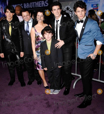 Jonas Brothers, The Jonas Brothers, Frankie Jonas, Joe Jonas, Kevin Jonas, Nick Jonas, Jona Photo - Joe Jonas, Kevin Jonas Sr., Denise Jonas, Frankie Jonas, Kevin Jonas, Nick Jonas during Jonas Brothers THE 3D CONCERT EXPERIENCE, held at the El Capitan Theatre, on February 24, 2009, in Los Angeles.