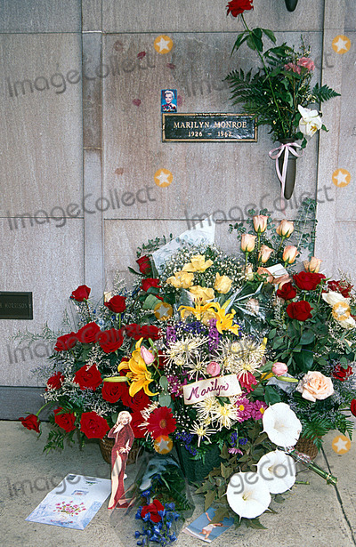 Marilyn Monroe Photo - Marilyn Monroe Gravesite Westwood, CA 1995 Photo by Lisa Rose/Globe Photos, Inc.