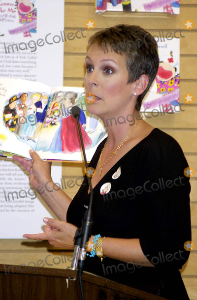 "Jamie Lee Curtis, Jamie Lee Photo - Sd09/17/02 Bookstore Appearence by Jamie Lee Curtis For Her New Book ""i'm Gonna Like ME."" Barnes & Noble, NYC. Jamie Lee Curtis Photo by John Krondes Globe Photos,inc."