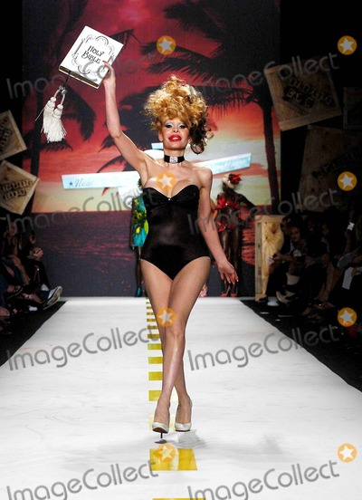 AMANDA LAPORE Photo - Olympus Fashion Week 2007 Spring Collection of Heatherette (Runway). New York City. 09-12-2006 Photo: Ken Rumments / Globe Photos Inc 2006 Amanda Lapore