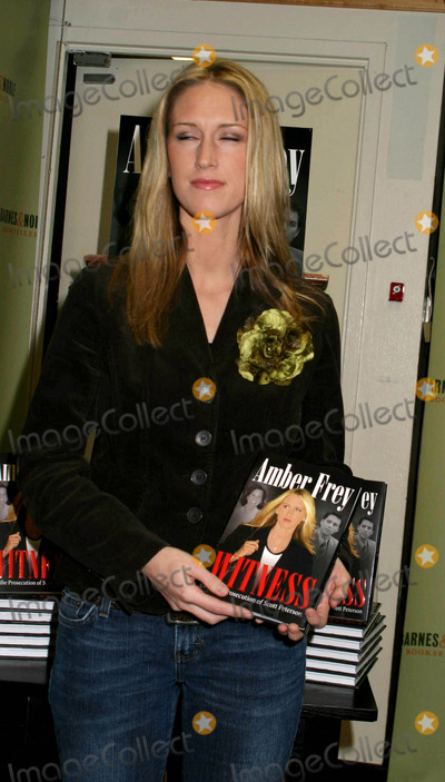 "AMBER FREY Photo - Amber Frey Signs Copies of Her Book ""Witness For the Prosecution"" at Barnes and Noble , New York City 01-10-2005 Photo by Paul Schmulbach-Globe Photos,inc. Amber Frey"