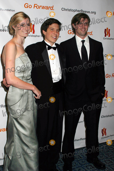 Christopher Reeve, Matthew Reeve, Alexandra Billings Photo - Christopher Reeve Foundation Celebrates ''a Magical Evening'' Gala at Marriott Marquis Hotel 1535 Broadway Dated 11-06-06 Photo by Paul Schmulbach-Globe Photos 2006 L to R-alexandra ,Bill ,Matthew Reeve