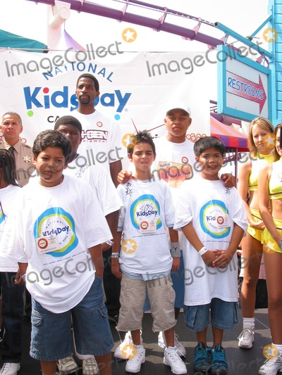 A.C. Green, Robert Ri'Chard Photo - Sd/08/04/2002 Celebrate National Kidsday at the Santa Monica Pier (08/04/02). A.c. Green (a.c.green Foundation and Lakers-tall,back) Robert Ri Chard (Back with White Cap) and L.A. Boys & Girls Club Kids. Photo:milan Ryba/Globe Photos