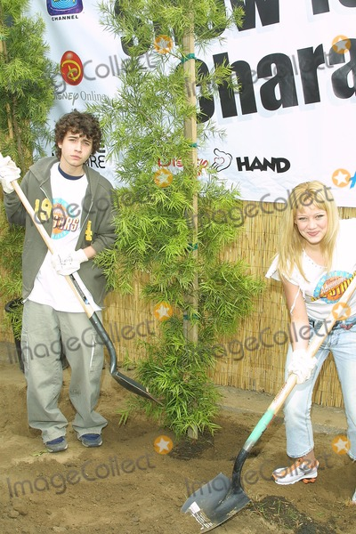 "Hilary Duff, Adam Lamberg Photo - Sd0427 ""Cast of Lizzie Mcguire Refurbish Grounds of Boys & Girls Club of Burnank"" the Boys & Girls Club of America. Burbank, CA. Adam Lamberg & Hilary Duff, Shoveling Photo: Tom Rodriiguez / Globe Photos Inc. (C)"