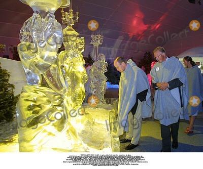 """Albert de Monaco, Prince, Prince Albert, Prince Albert de Monaco, Nas, Train Photo - VISITE ALBERT EXPO GLACELe prince Albert dcouvre les sculptures de glaceTEXTVisite prive et fort dtendue hier en fin d'aprs-midi du prince Albert de Monaco au festival des sculptures de neige et de glace devant le palais des Expositions de Nice. Accompagn de deux ravissantes cousines de la branche Kelly et de son ami Mike Powers, le prince s'est longuement attard devant la """"galerie des glaces"""", a clat de rire en dcouvrant """"Marie-Antoinette"""" prise dans le givre et n'a pas rsist  l'envie de s'asseoir quelques instants sur un trne glac. Conduit par M. Jaap Cast, organisateur de cette vague de froid tout  fait indite sur la Cte d'Azur, le prince Albert a galement bavard avec un sculpteur sur glace de Beausoleil, Mario Amegee, qui tait en train de """"restaurer"""" certaines uvres. L'artiste a expliqu comment il fallait solidifier chaque jour la neige qui a la proprit de fondre plus vite que la glace. Un travail minutieux qui a laiss le Prince pantois d'admiration.CREDIT: IMAPRESS/GLOBE PHOTOS, INC."""