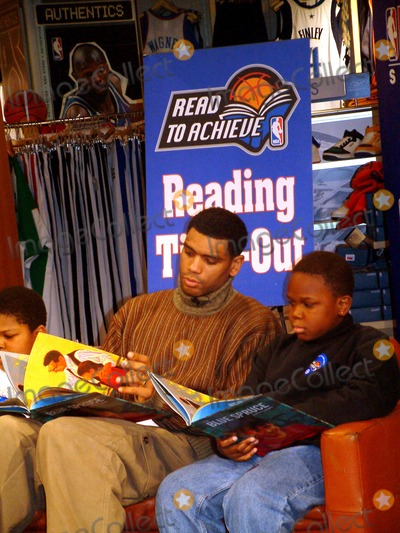 """Allan Houston Photo - Allan Houston K28628ml Sd0121 Nba Store Presents """"Time Out"""" Read to Achieve in New York City Photo By:mitchell Levy/rangefinder/Globe Photos, Inc"""