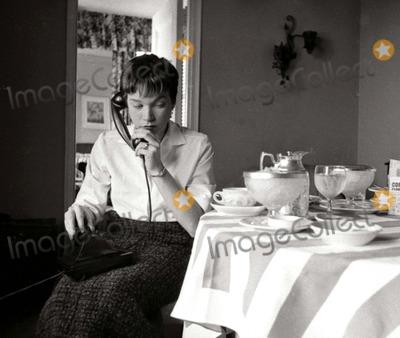 Shirley Maclaine Photo - Shirley Maclaine Photo: Globe Photos Inc