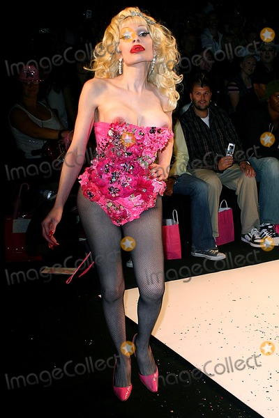 AMANDA LAPORE Photo - Olympus Fashion Week: Heatherette Show Spring 2005- Runway at Bryant Park in New York City 09/08/2004 Photo: John Zissel/ Ipol/ Globe Photos Inc 2004 Amanda Lapore