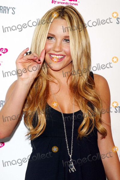 """Amanda Bynes Photo - Amanda Bynes Arrives For the Party to Celebrate the Launch of Her New Clothing and Accessory Line Called """"Dear"""" From Apparel Store Steve and Barry's Held at Sushi Samba 7 in New York on August 8, 2007. Photo by Patrick/Globe Photos, Inc."""