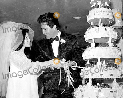 Elvis Presley, Priscilla Presley Photo - Wedding Elvis Presley and His Bride Priscilla Presley Photo By:Globe Photos, Inc