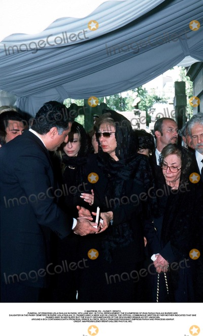 Farah Pahlavi, Passy, As Yet, Prince, Prince Ali Photo - IMAPRESS. PH : CLEMOT / BENITO.FUNERAL OF PRINCESS LEILA PAHLAVI IN PARIS, 16TH JUNE 2001. IN TOTAL BEREAVEMENT, THE EX-EMPRESS OF IRAN FARAH PAHLAVI BURIED HER DAUGHTER IN THE PASSY CEMETERY IN PARIS. LEILA PAHLAVI, 31, PASSED AWAY A WEEK AGO IN LONDON. THE OFFICIAL COMMUNIQUE WRITTEN BY HER MOTHER INDICATED THAT SHE PASSED AWAY IN HER SLEEP, BUT THE EXACT CIRCUMSTANCES OF THE DEACEASED REMAIN AS YET UNKNOWN.AROUND A BOX CONTAINING EARTH FROM IRAN, PRINCE ALI REZA, REZA II, PRINCESS FARAHNAZ, EMPRESS FARAH AND PRINCESS ASHRAF.CREDIT: IMAPRESS/CLEMOT/BENITO/GLOBE PHOTOS, INC.