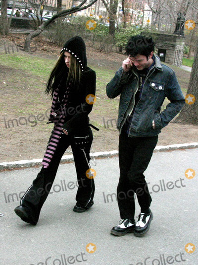 Avril Lavigne, Deryck Whibley Photo - Avril Lavigne and Sum 4i Frontman Deryck Whibley Out and About in Central Park, New York City 03/28/2004 Photo by John Barrett/Globe Photos,inc.