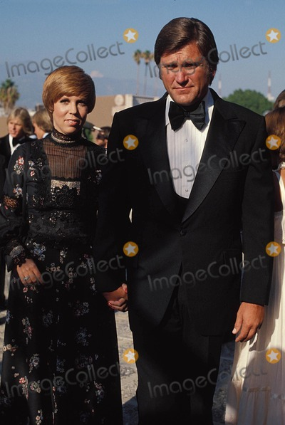 Vicki Lawrence Photo - Vicki Lawrence with Her Husband Alvin a. Schultz 1977 # 10306 Photo by Phil Roach-ipol-Globe Photos, Inc.