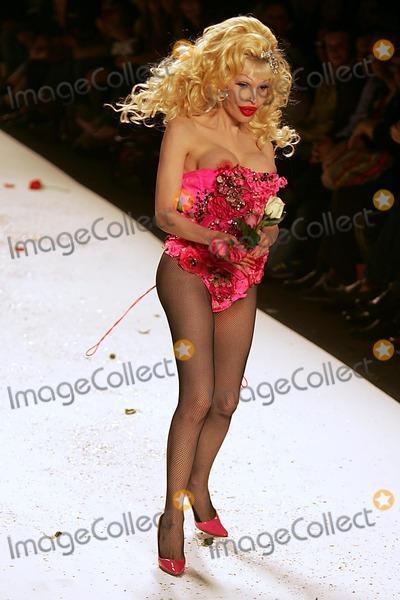 AMANDA LAPORE Photo - Olympus Fashion Week: Heatherette Show Spring 2005- Runway at Bryant Park in New York City 09/08/2004 Photo: Rick Mackler/ Rangefinders/ Globe Photos Inc 2004 Amanda Lapore