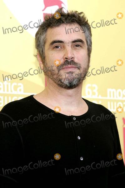 "Alfonso Cuaron, Alfonso André Photo - Alfonso Cuaron K49523rharv 63rd Venice Film Festival 2006, Photocall: ""Children of Men"" Venice, Italy. 09-03-2006 Photo: Roger Harvey / Globe Photos Inc"
