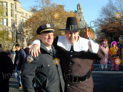 Willard Scott Photo - Annual Macy's Thanksgiving Parade New York City . November 22, 2001 Willard Scott & N.y.p.d. Officer Photo by: Bruce Cotler Photo by Bruce Cotler/Globe Photos, Inc.