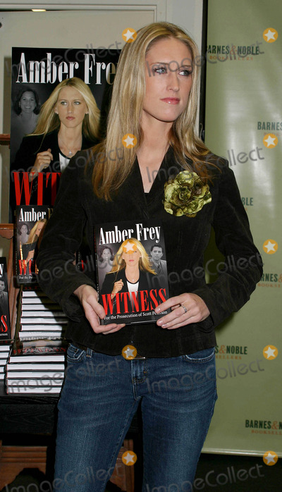"""AMBER FREY Photo - Amber Frey Signs Copies of Her Book """"Witness For the Prosecution"""" at Barnes and Noble , New York City 01-10-2005 Photo by Paul Schmulbach-Globe Photos,inc. Amber Frey"""