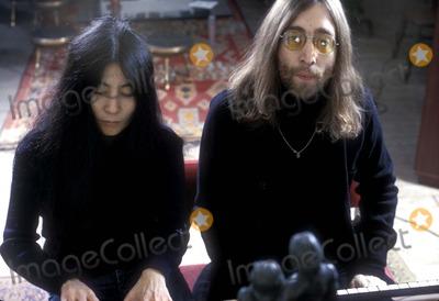 John Lennon, Yoko Ono Photo - John Lennon and Yoko Ono 12/1969 Photo by Heilemann/Globe Photos