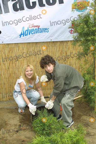 "Hilary Duff, Adam Lamberg Photo - Sd0427 ""Cast of Lizzie Mcguire Refurbish Grounds of Boys & Girls Club of Burnank"" the Boys & Girls Club of America. Burbank, CA. Adam Lamberg & Hilary Duff,planting Photo: Tom Rodriiguez / Globe Photos Inc. (C)"