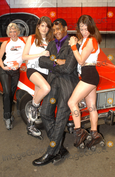 "Antonio Fargas, The Cops Photo - Antonio Fargas Former Starsky & Hutch Star Antonio Fargas Unveils Cardboard Box Sculpture of the Cop Show's Ford Gran Torino to Promote ""Starsky & Hutch"" Video Game. Spitalfields Marke,london06/20/2003 Photo by Tim Matthews/Globe Photos, Inc. 2003"